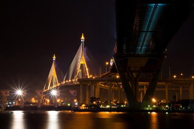 A ponte industrial do anel brilha no crepúsculo em tailândia.