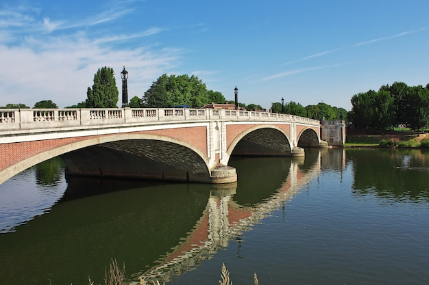 A ponte na cidade de hampton cort, inglaterra