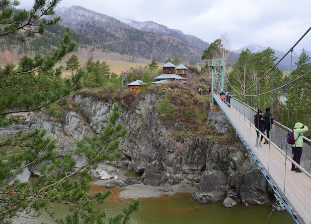 A ponte para a ilha do mosteiro em chemal uma ponte pênsil na costa rochosa da ilha