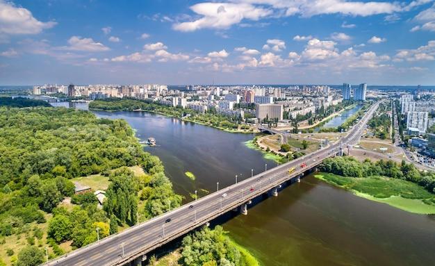 A ponte paton e o distrito de rusanivka de kiev, capital da ucrânia