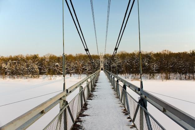 A ponte pedonal, localizada na cidade de mosty, bielo-rússia