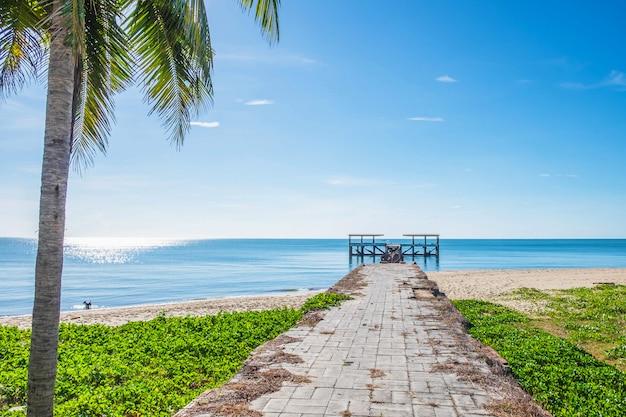 A ponte que se estende para o belo mar no verão