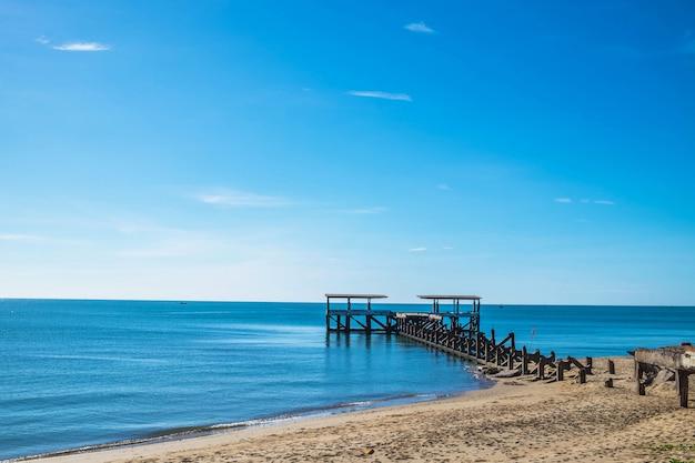 A ponte que se estende para o belo mar