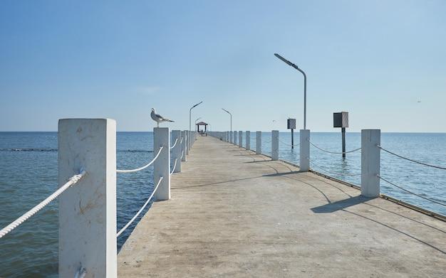 A ponte que se projeta para o mar