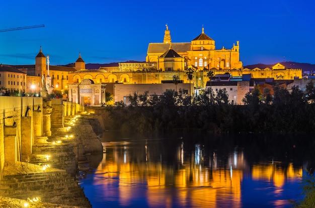 A ponte romana sobre o rio guadalquivir e a mesquita-catedral em córdoba, espanha