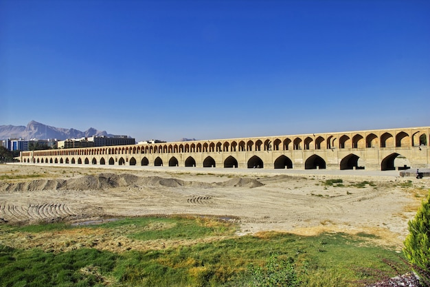 A ponte sobre o rio seco em isfahan, irã