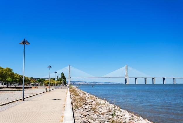 A ponte vasco da gama em lisboa, portugal. é a maior ponte da europa