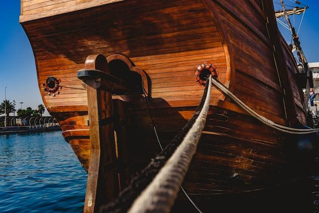 A popa da galera velha atracou no porto para navegar pelo oceano na descoberta da américa.