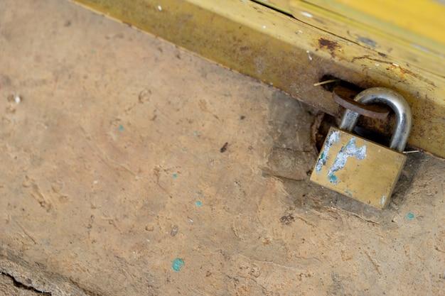A porta de aço está trancada com um bloqueio apertado para evitar ladrões e forasteiros.