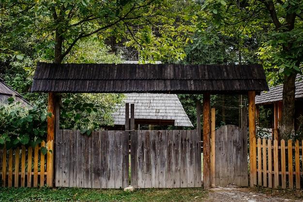 A porta de entrada para o pátio da aldeia, autêntica ucrânia
