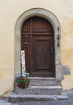 A porta do arco na parede amarelo pálido na europa