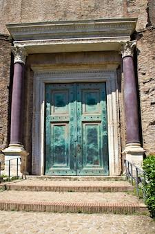 A porta do templo de romolo no fórum, roma, itália