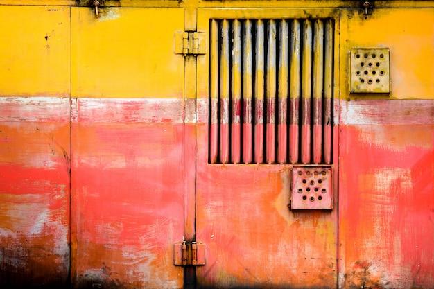 A porta do velho e enferrujado trem bogie