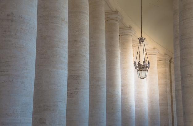 A praça de são pedro na cidade do vaticano, roma, é delimitada em dois lados por colunatas semicirculares feitas por bernini.