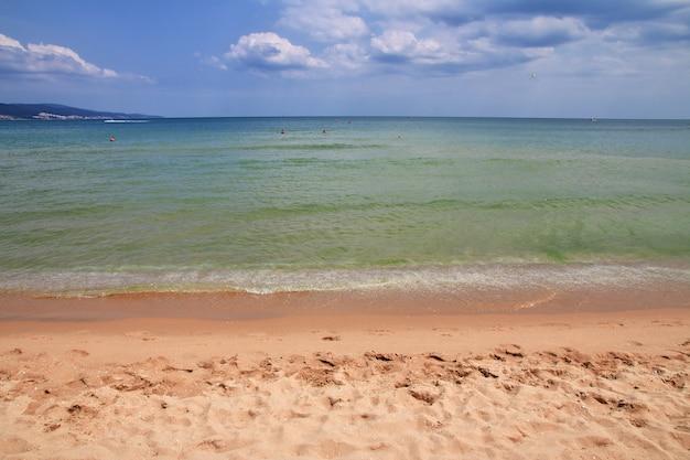 A praia da praia ensolarada, slanchev bryag, costa do mar negro, bulgária