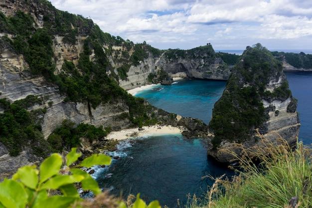 A praia de atuh é uma praia famosa em nusa penida bali