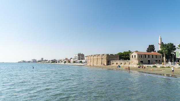 A praia de finikoudes no centro da cidade, larnaca, chipre. 2020