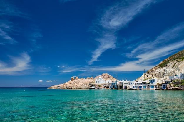 A praia de firapotamos em milos grécia