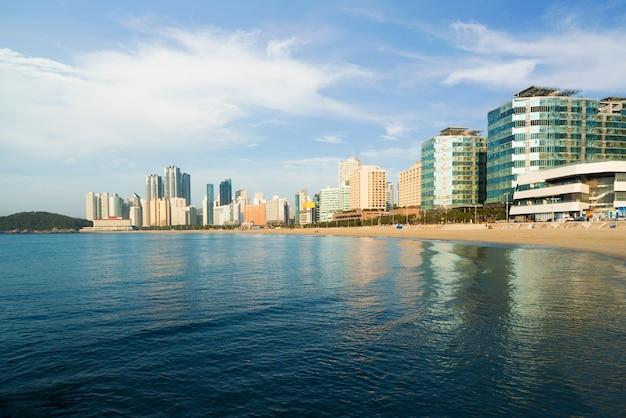 A praia de haeundae é a praia mais popular de busan devido ao seu fácil acesso a partir do centro de busa