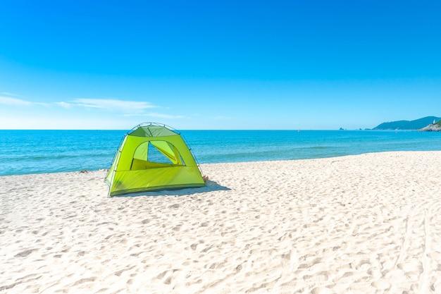 A praia de haeundae e o acampamento no abrandamento da luz do sol ajardinam no verão em busan na coréia.
