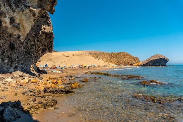 A praia de monsul do parque natural do cabo de gata, criada com formações de lava erodidas no município de san jose, almeria