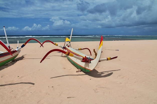 A praia de nusa dua, bali, indonésia