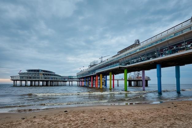 A praia de scheveningen pier strandweg em haia com roda gigante. haia, holanda