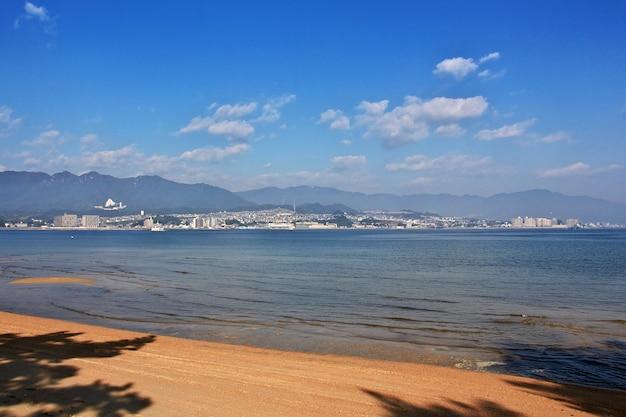 A praia, ilha de miyajima, japão