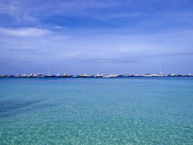 A praia na ilha de boracay, filipinas