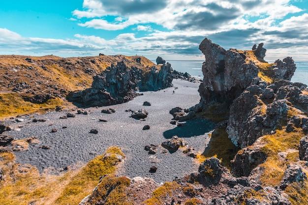 A praia negra acima da costa de snaefellsnes. islândia