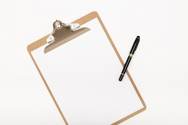 A prancheta em branco trocista acima e encerra isolado no fundo branco. bloco de notas branco