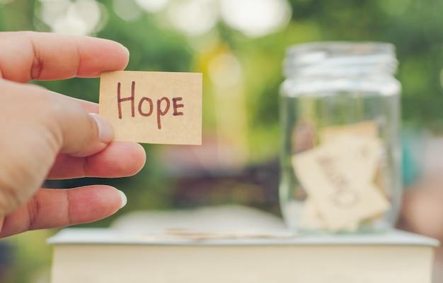 A preensão da mão pensa o conceito expressivo da picareta positiva da mensagem que salvar o conceito cumulativo da esperança