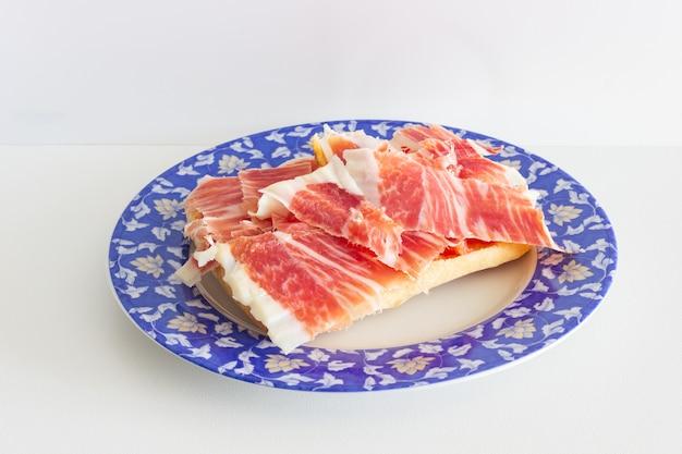 A preparar uma tosta com delicioso presunto ibérico da extremadura