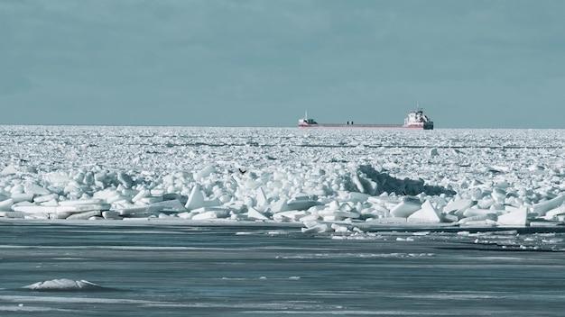A primavera no golfo da finlândia quebrou gelo e um navio