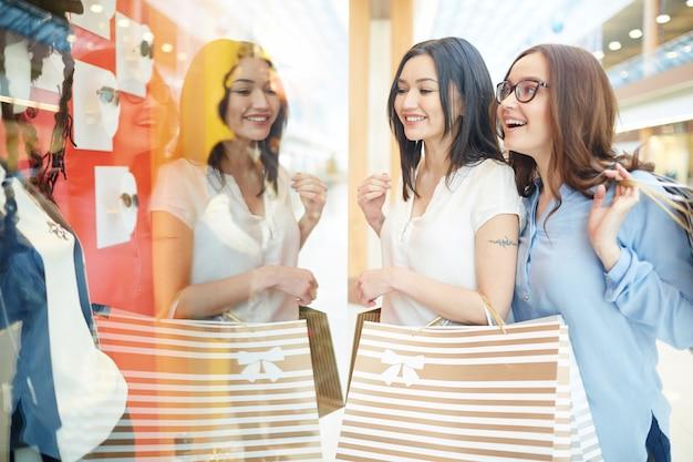 À procura de roupas da moda