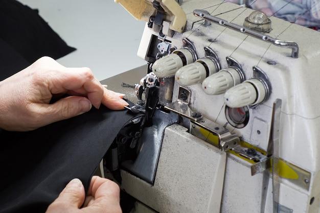 A produção de costura, alfaiataria em close-up