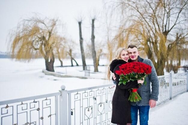 A proposta de casamento com 101 levantou-se no dia de inverno. casal apaixonado.