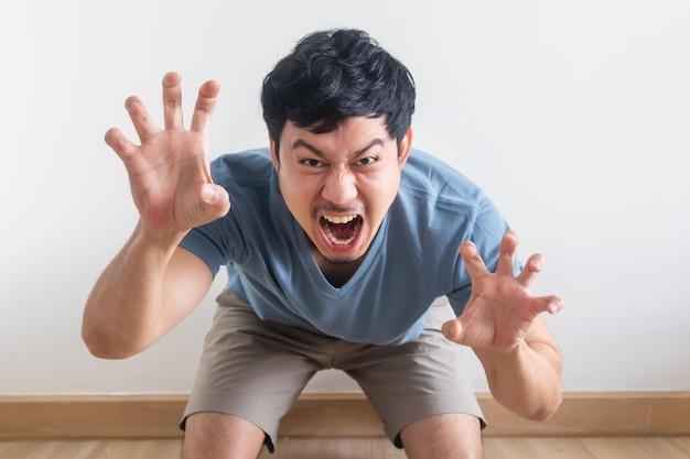 A provocação engraçada e divertida do homem age como o rugido de uma fera.