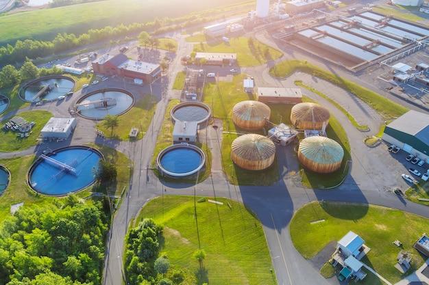 A purificação da água da estação de tratamento de águas residuais urbanas modernas é o processo de remoção de produtos químicos indesejáveis da vista aérea panorâmica