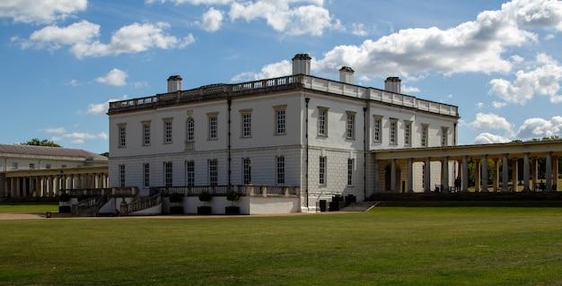 A queen's house é uma antiga residência real construída entre 1616 e 1635 em greenwich, a poucos quilômetros rio abaixo da então cidade de londres e agora um bairro londrino