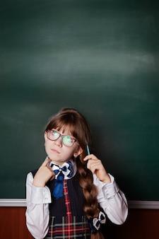 A questão, pensamento ou ideia chegou à cabeça da menina em uniforme escolar e óculos.