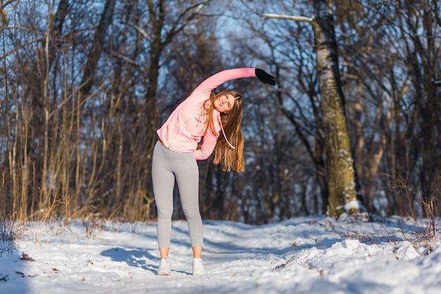 A rapariga vai dentro para esportes no parque do inverno.