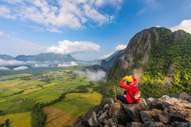 A rapariga viaja na montanha alta em vang-vieng, laos.