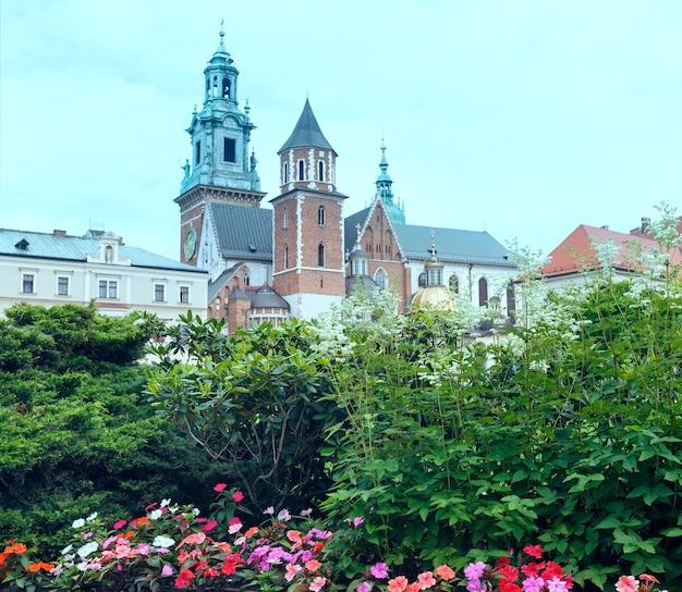 A real basílica archcathedral dos santos estanislau e venceslau na colina wawel (cracóvia, polônia). construído no século xiv.