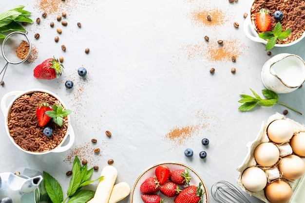A receita de uma sobremesa tiramisu, com todos os ingredientes necessários de uma amina. vista do topo