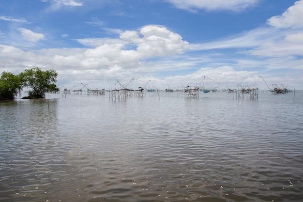 A rede de pesca quadrada de bambu feita de bambu e uma rede por um pescador no sul da tailândia, phatthalung, tailândia