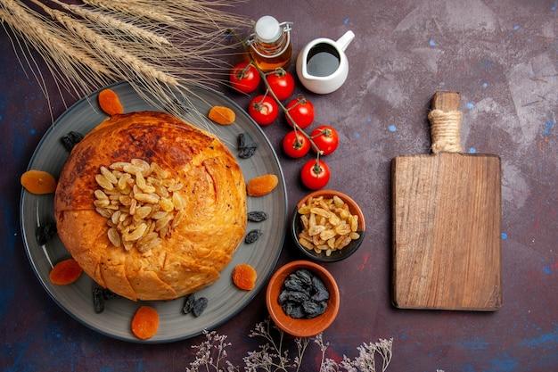 A refeição oriental do shakh plov, vista de cima, consiste em arroz cozido dentro de uma massa redonda em um fundo roxo escuro.