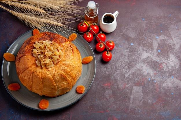 A refeição oriental do shakh plov, vista frontal, consiste em arroz cozido dentro de uma massa redonda