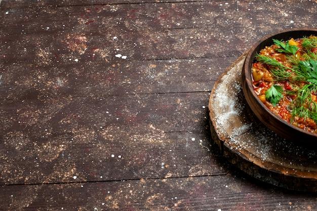 A refeição saborosa da vista frontal consiste em vegetais fatiados e verduras
