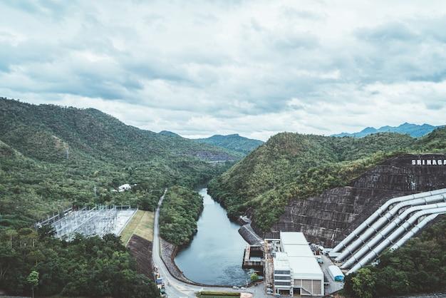 A represa de srinagarind em kanchanaburi, tailândia.